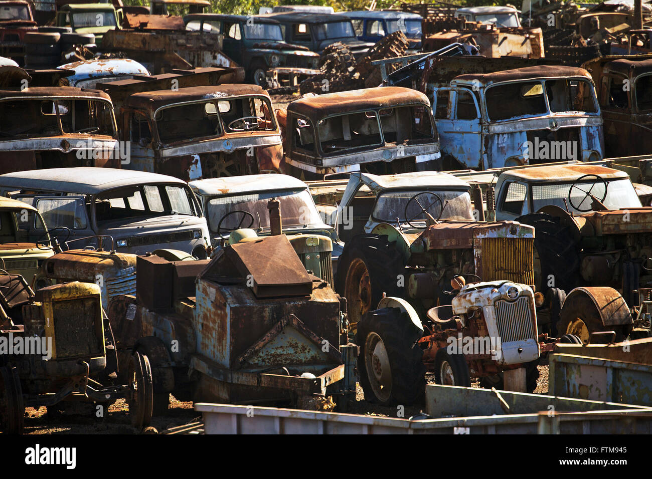 Terrasse mit Junk-e-Autos und Lastwagen Stockbild