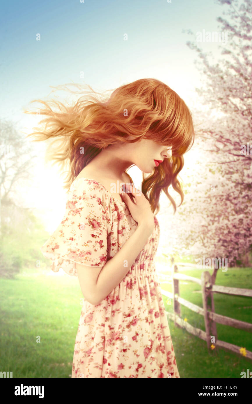 Frau an einem windigen Frühlingstag Stockbild