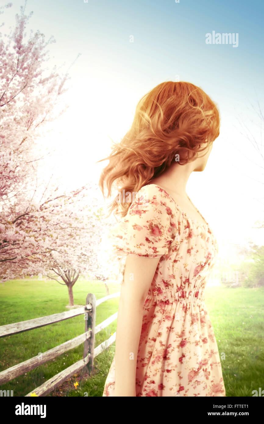 Frau an einem windigen Frühlingstag wegschauen Stockbild
