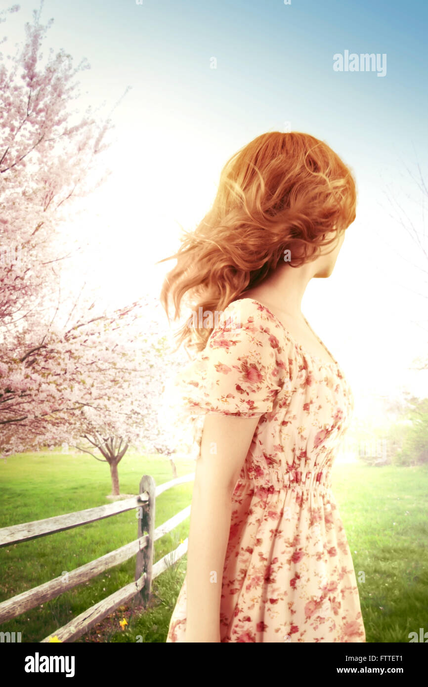 Frau an einem windigen Frühlingstag wegschauen Stockfoto