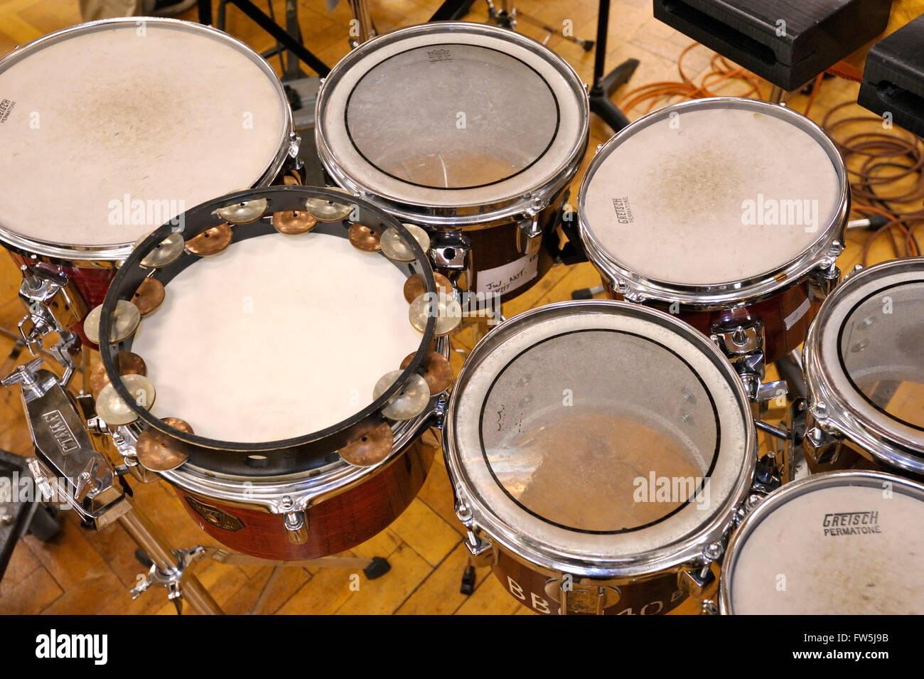 7 Tom-Toms, kleine Handtrommeln mit Ursprung in der lateinamerikanischen Musik, hier im modernen Symphonieorchester Stockbild