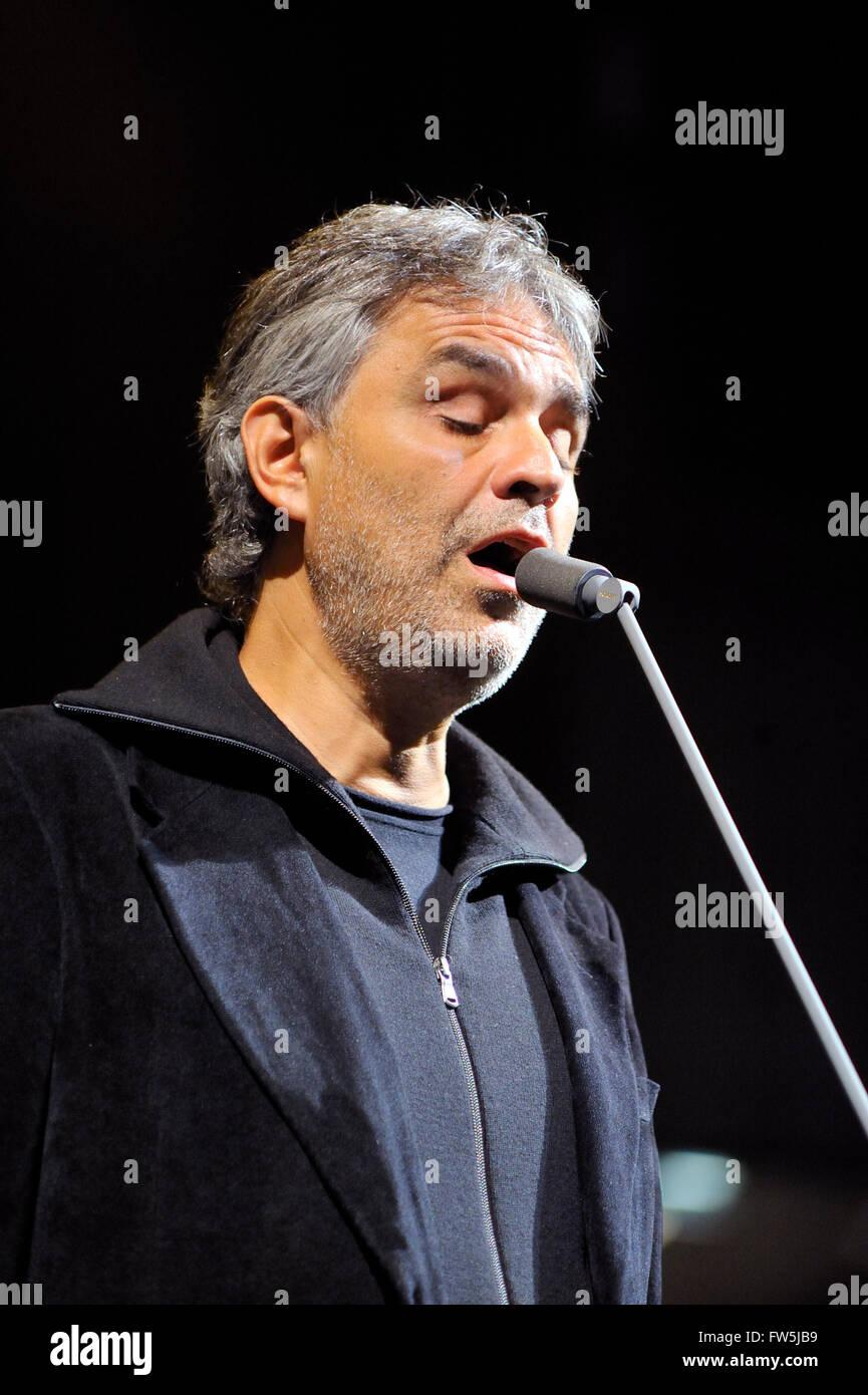 Andrea Bocelli, Blinde italienische Tenor, Solist, Promi, Aufnahme Superstar, Proben mit Orchester und dem Mikrofon Stockbild