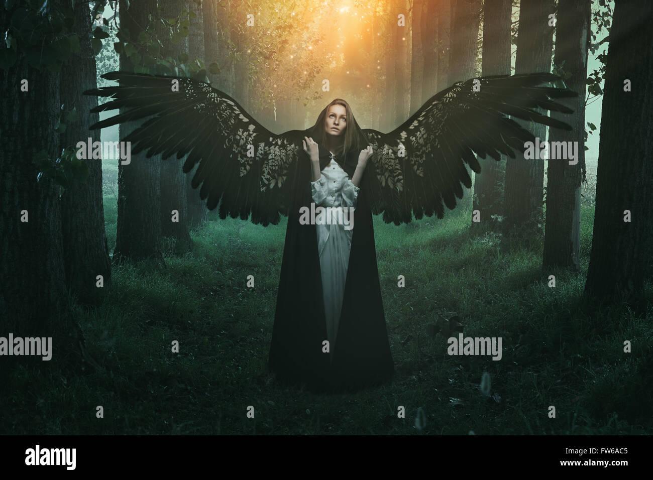 Gefallene Engel mit traurigen Ausdruck und Augen zum Himmel Stockbild
