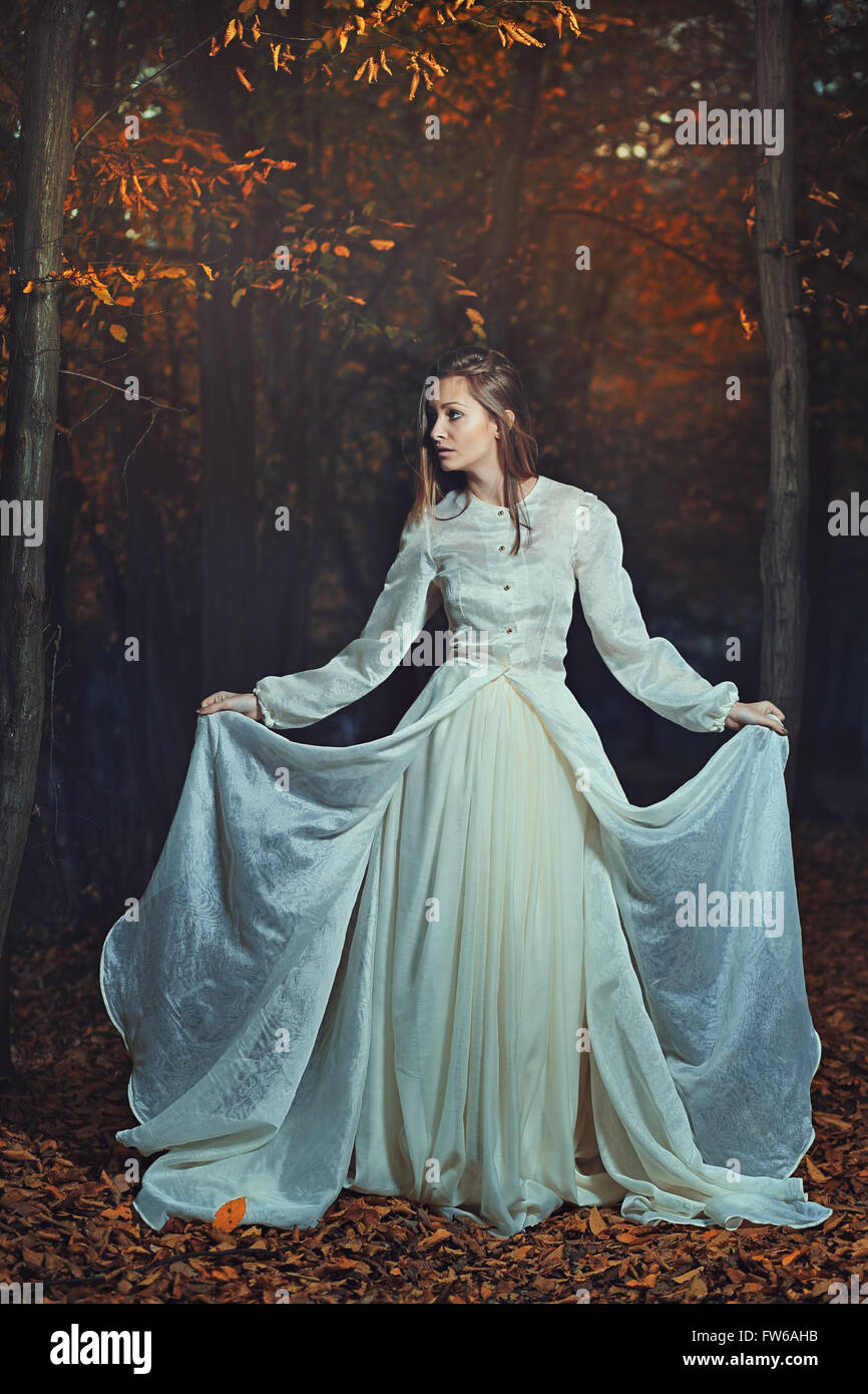 Schöne Frau posiert unter Herbstlaub. Saison- und Fantasie Stockbild