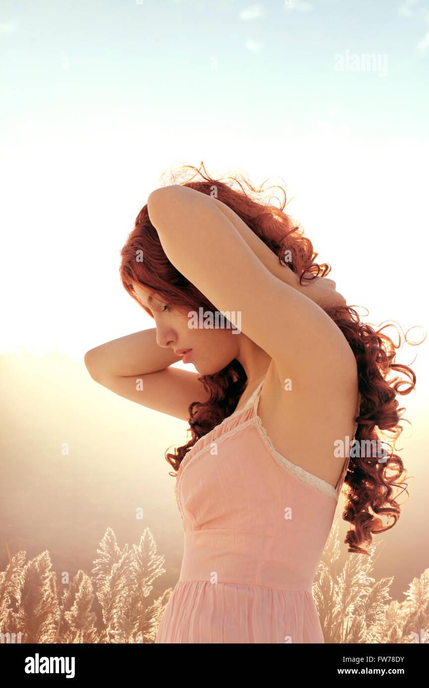 Lockige Frau im Profil Stockbild