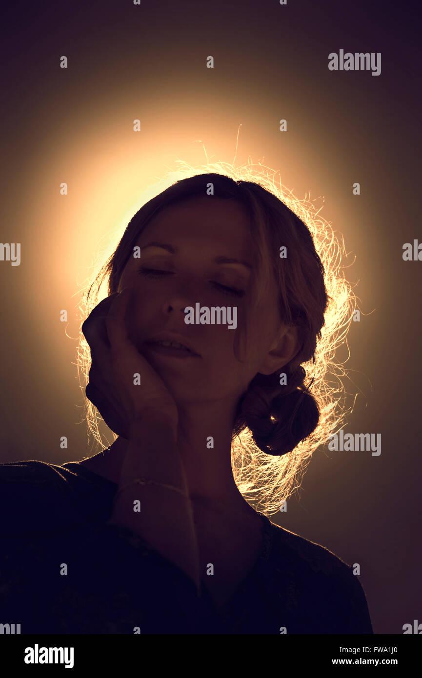 Porträt der jungen Frau gegen das Sonnenlicht Stockbild