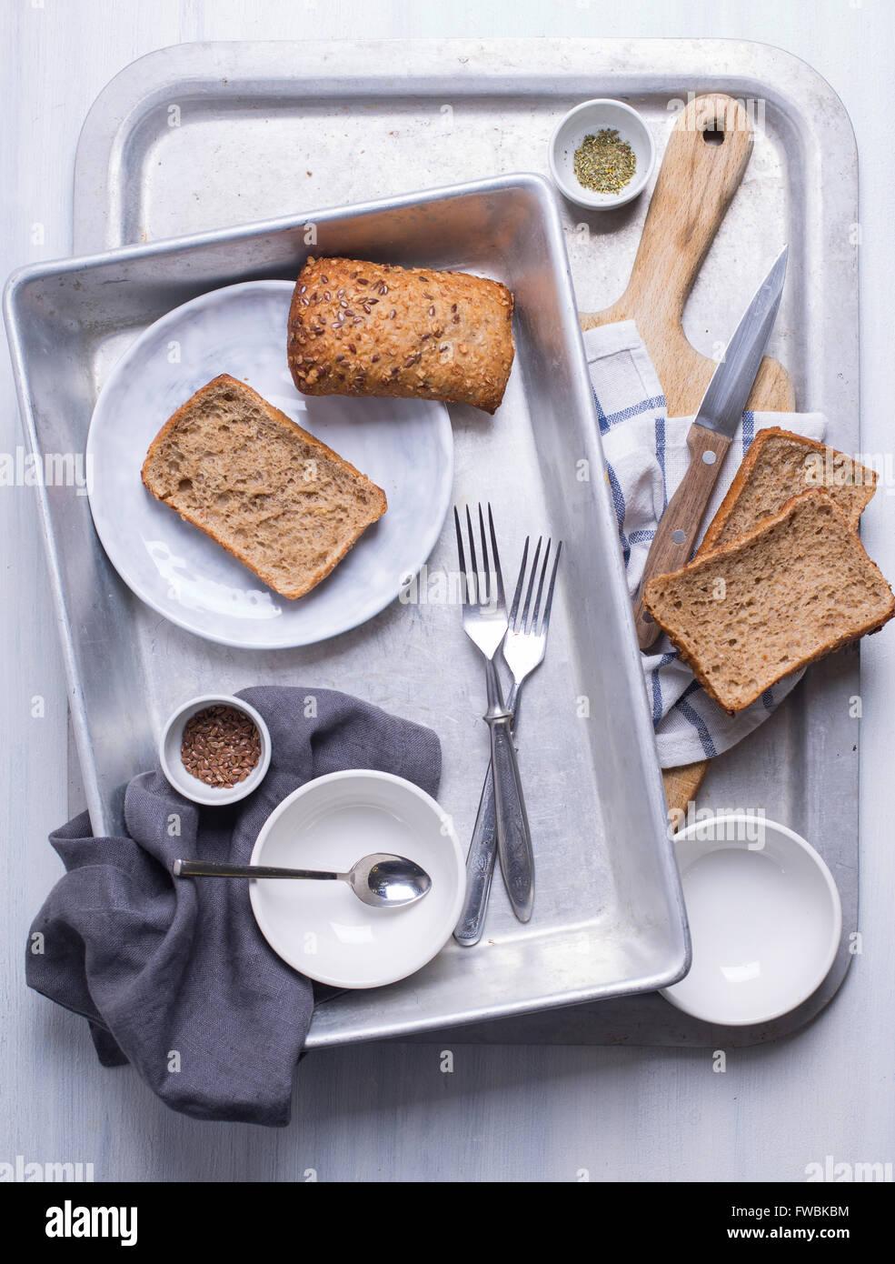 Einige Brot zubereitet auf einem Metalltablett zum Kochen Stockbild