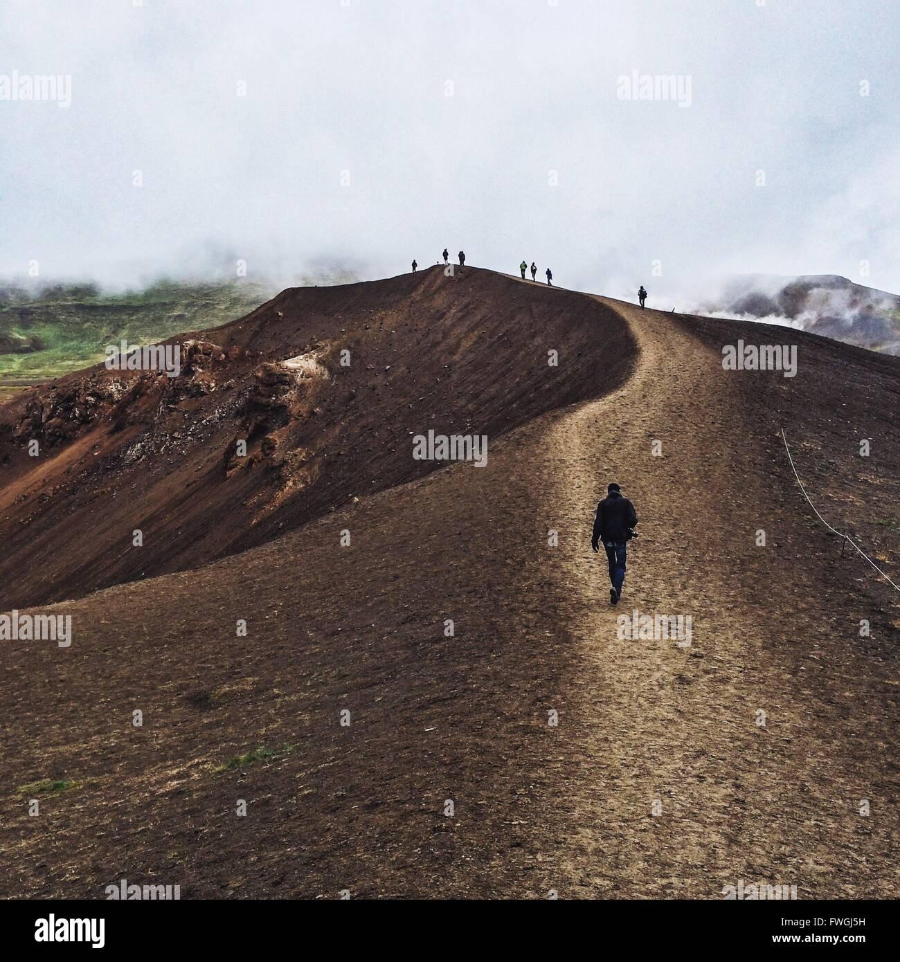 Menschen wandern in den Bergen bei nebligen Wetter Stockbild