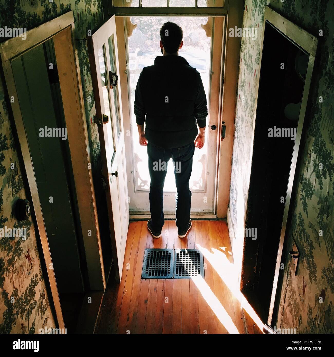 Rückansicht des Mann auf Tür Stockbild
