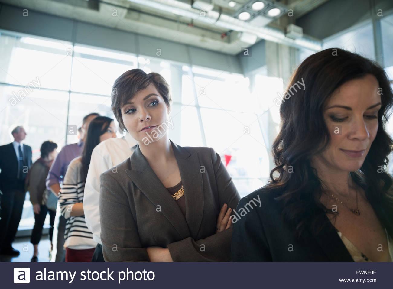 Neugierig Wähler in der Schlange im Wahllokal Stockbild