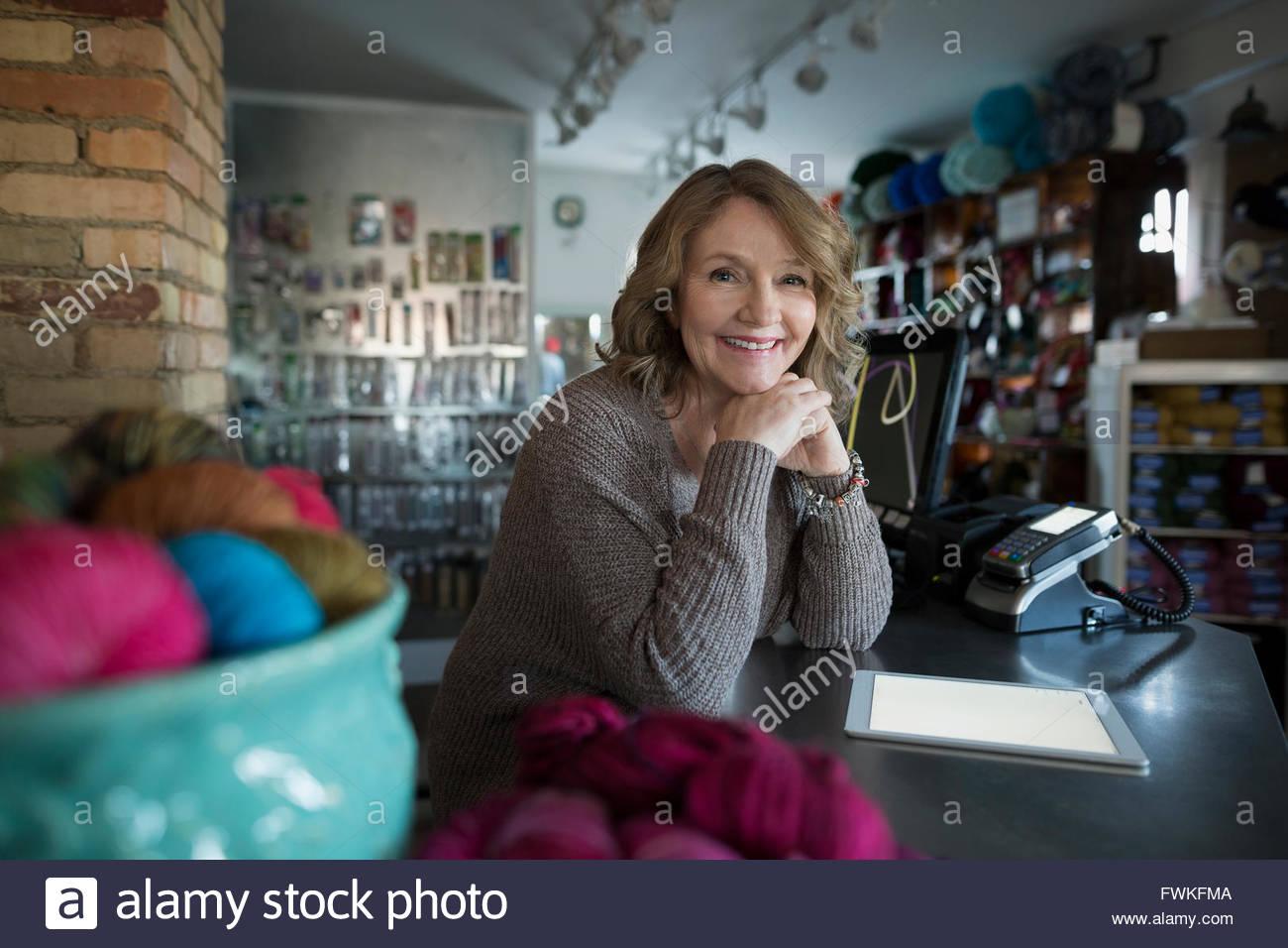 Porträt lächelnd Garn-Shop-Besitzer mit digital-Tablette Stockbild