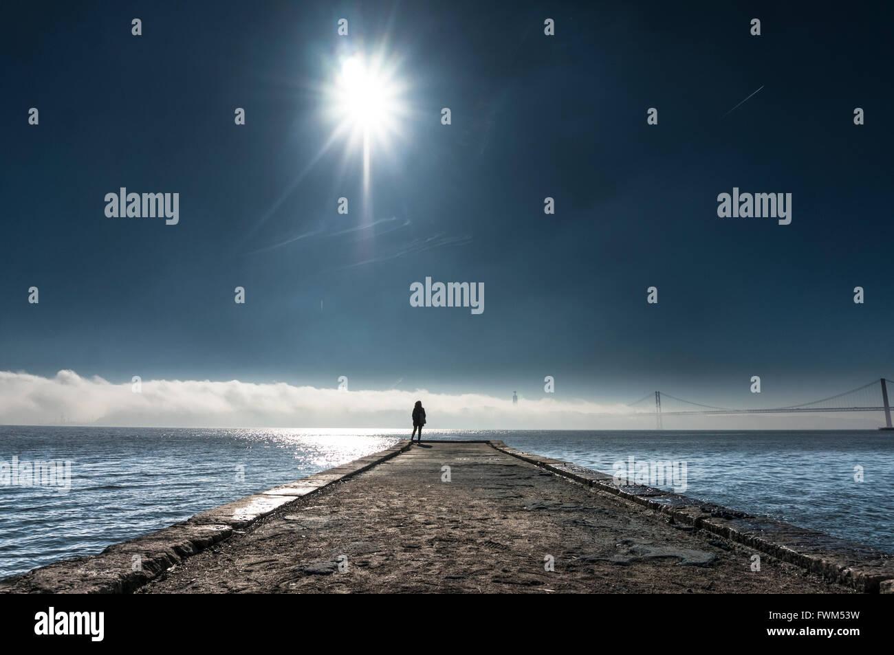 Entfernung Blick auf Pier über Meer gegen Himmel stehende Person Stockbild