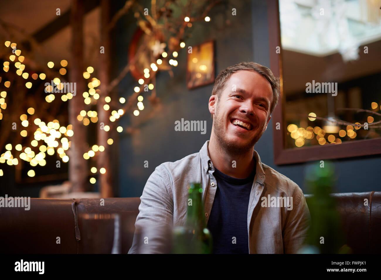 Junger Mann im Cafe entspannen Stockbild