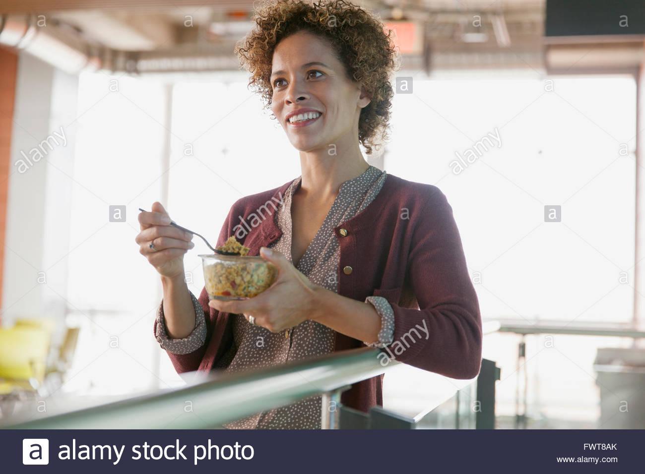 Frau im Büro naschen. Stockbild