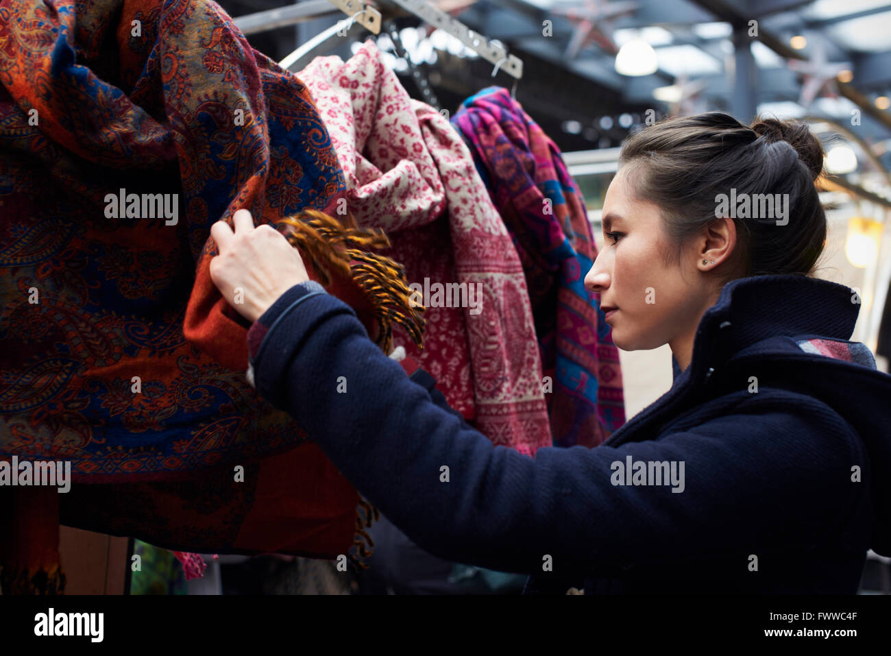 Junge Frau einkaufen In der Markthalle Stockfoto