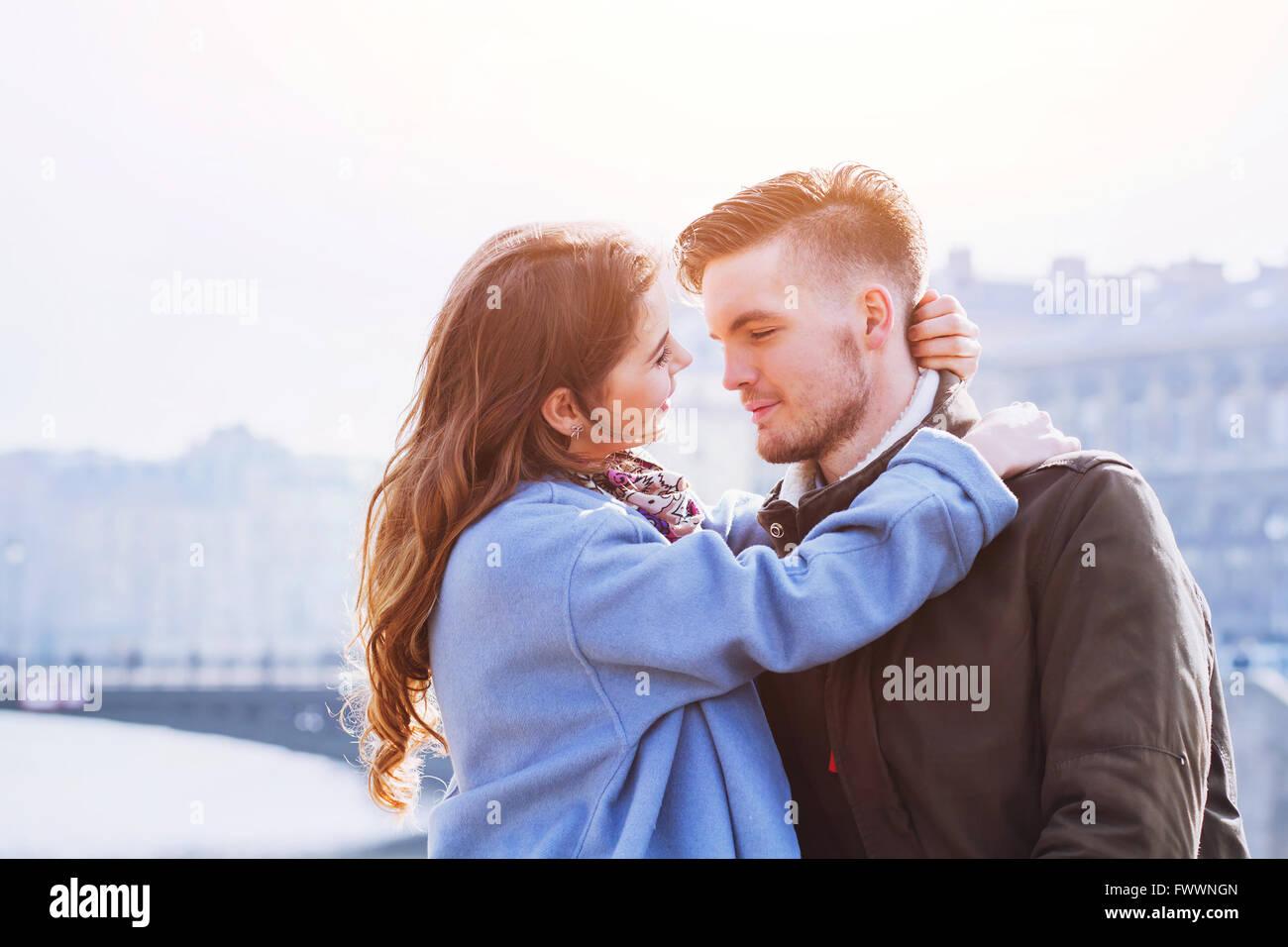 liebevolle paar, Porträt des jungen glücklich Mann und Frau, Liebe in der Stadt Stockbild