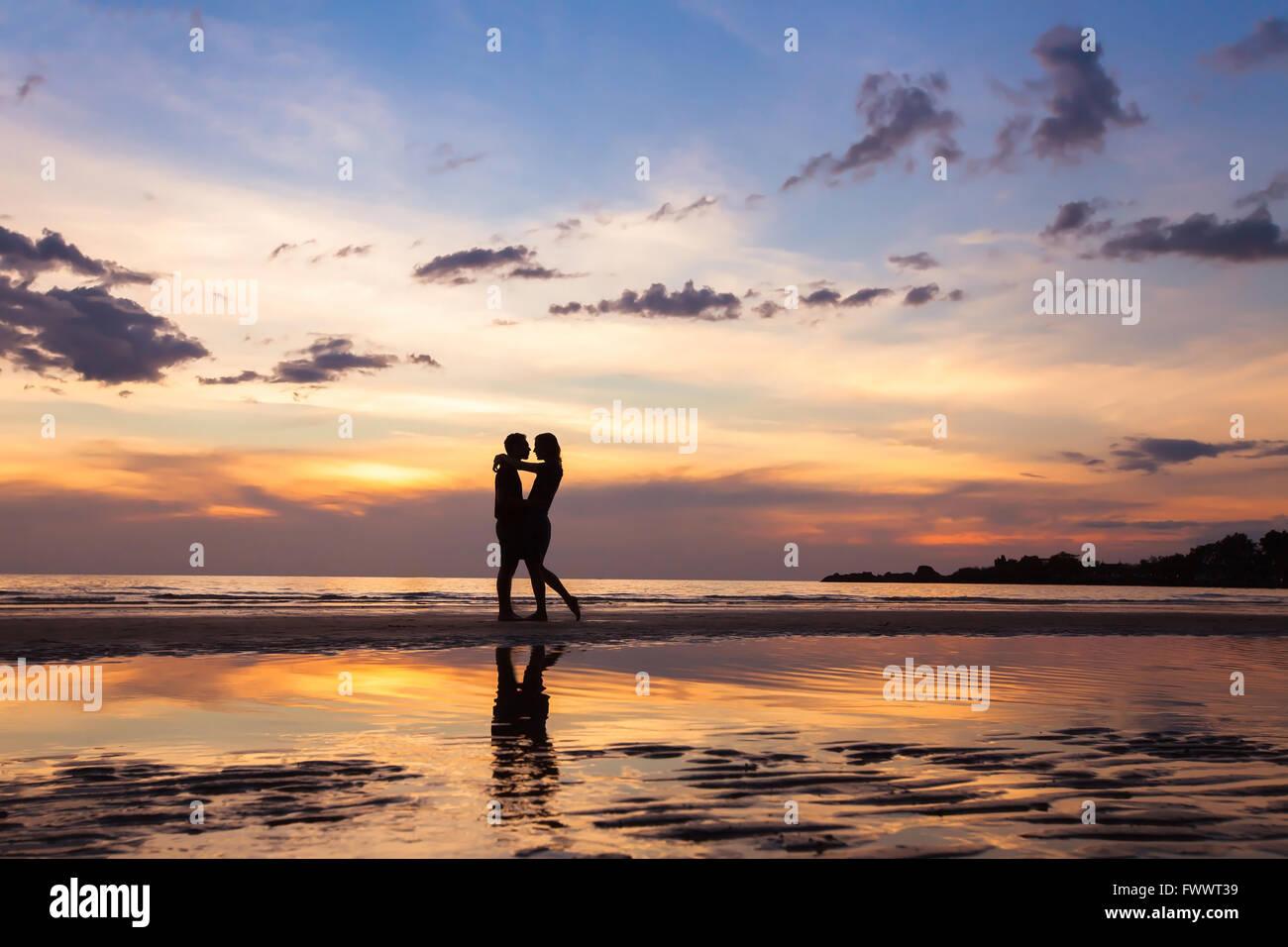 Silhouette eines Paares am sunset Beach, schönen Hintergrund über Liebe und Beziehungen, Mann und Frau Stockbild