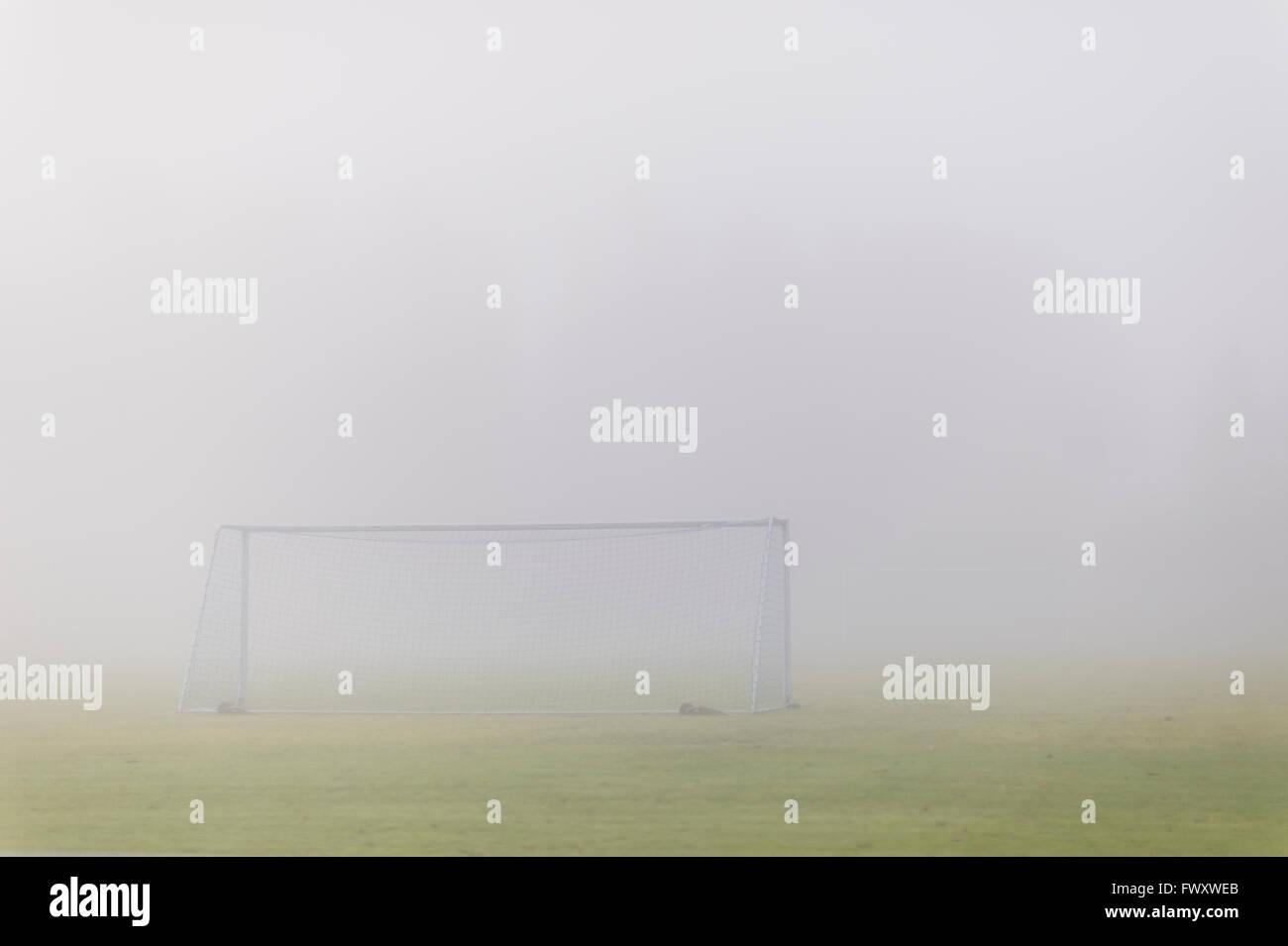 Schweden, Vastmanland, Fußballplatz in Nebel bedeckt Stockbild