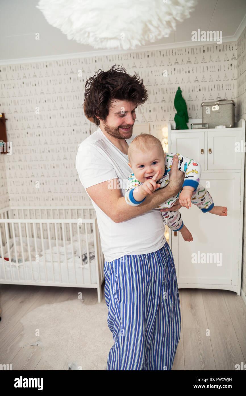 Schweden, Vater Holding Sohn (12-17 Monate) Stockbild