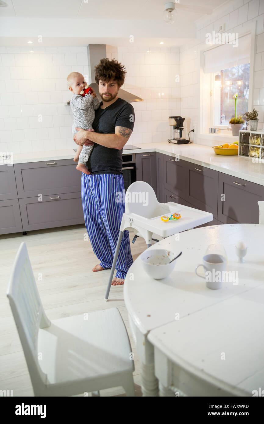 Schweden, Vater Holding Sohn (12-17 Monate) in Küche Stockbild