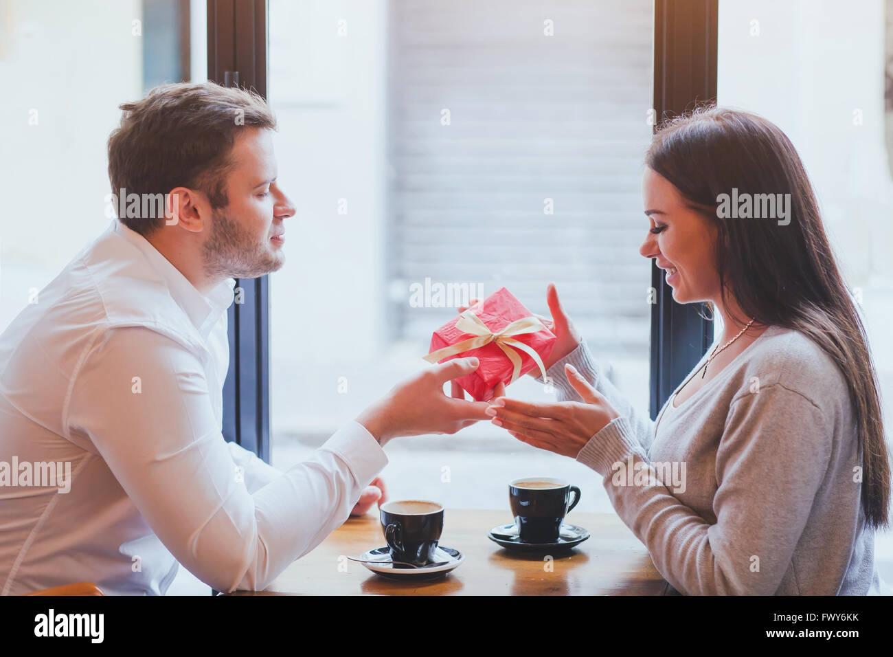 Mann und Frau, Geschenk, romantischen dating Stockbild