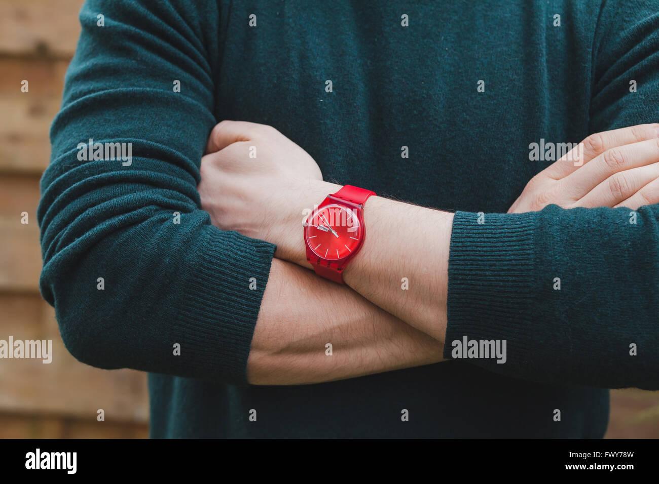 Herrenmode, Nahaufnahme von Händen des männlichen tragen rote Uhr und grünen Pullover, Stil Konzept Stockbild