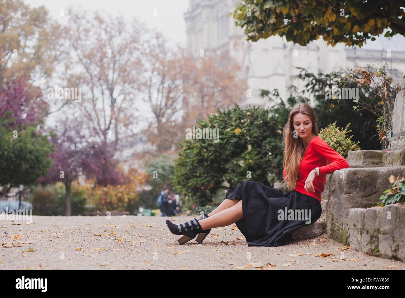 schöne Frau in rot, Porträt des kaukasischen jungen Fotomodell mit langen Haaren, Einzelrichter, Psychologie Stockbild