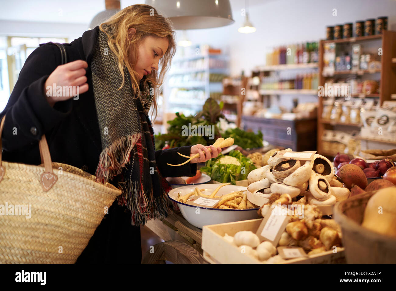 Frau Shopping für Bio-Produkte In Feinkost Stockbild