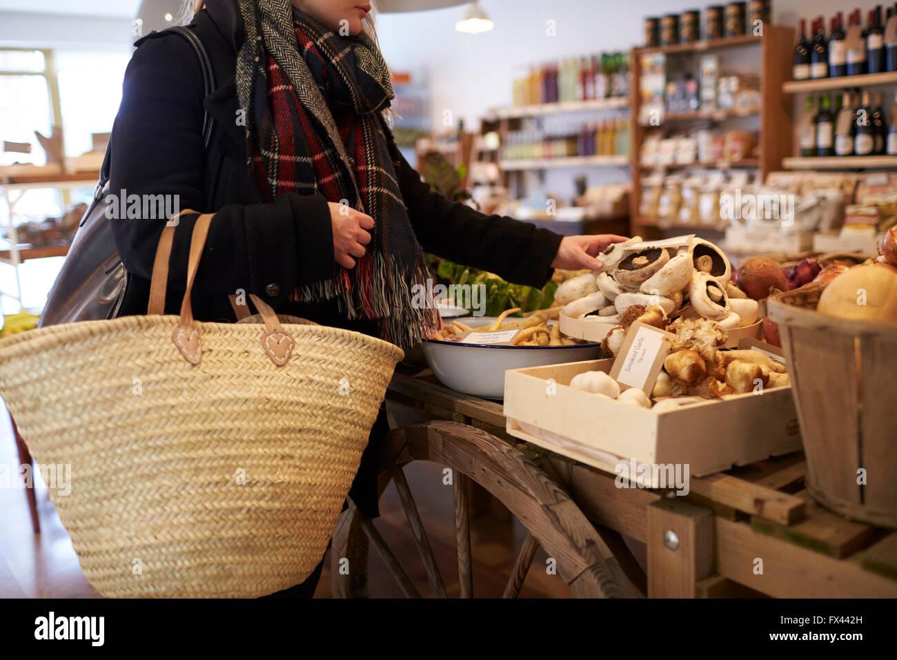 Nahaufnahme von Frau einkaufen für Produkte In Feinkost Stockbild
