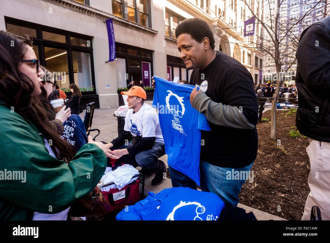 New York, USA. 13. April 2016. Stunden vor eine Bernie Sanders Rallye beginnen soll, verkaufen Anhänger Kampagne Stockbild