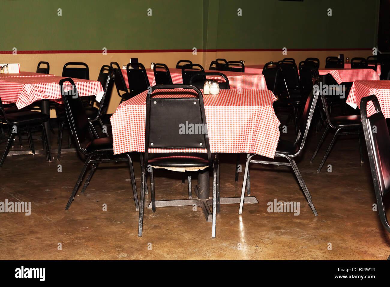 Leere Stühle und Tische im preiswerten Restaurant Stockbild