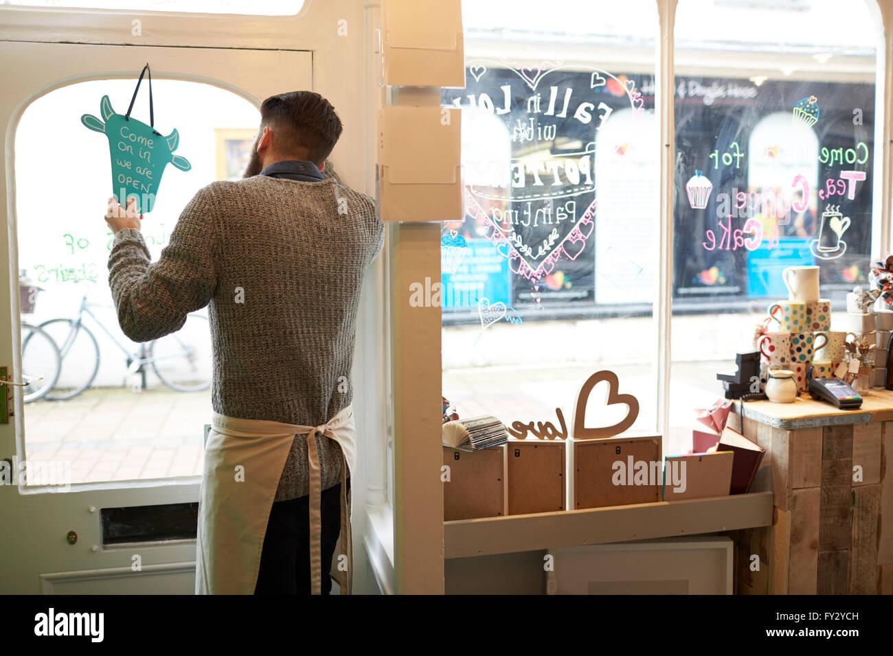 """Männliche Besitzer des Café drehen Schild """"geöffnet"""" Stockbild"""