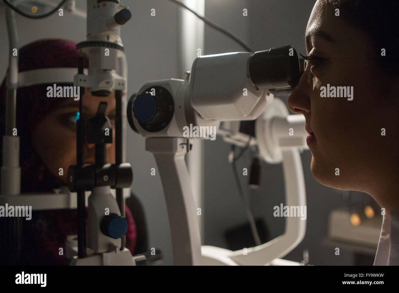 Optiker überprüfen Patienten Augen Stockbild