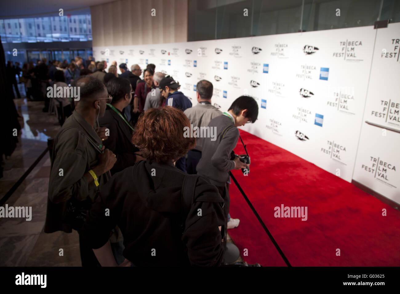 Fotografen warten auf roten Teppich Ankünfte für Elton John The Union Stockbild