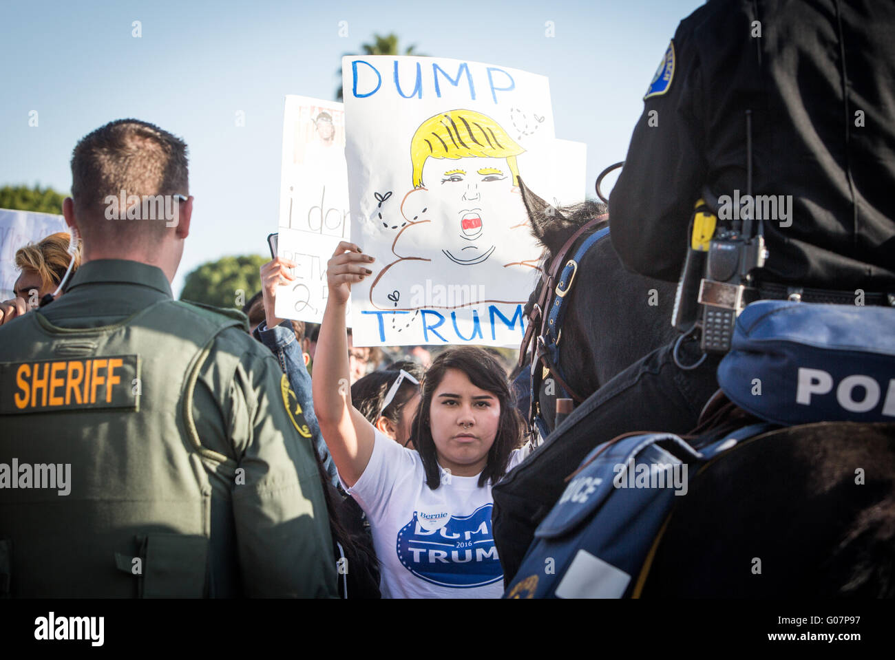 Anti-Donald Trump Demonstranten auf einer Trumpf-Kampagne-Kundgebung in Kalifornien. Stockbild