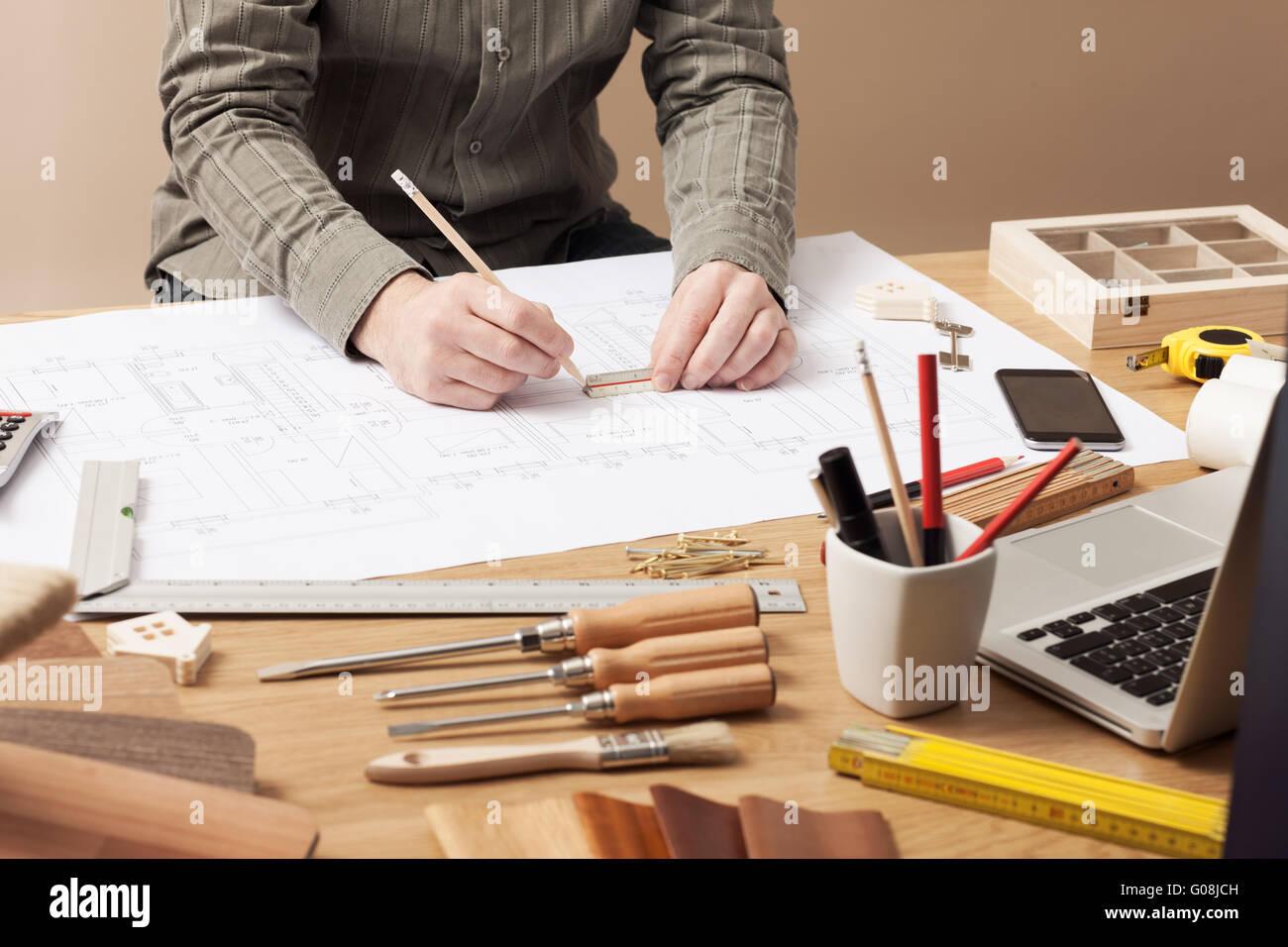 Professionelle Architekten und Bau-Ingenieur arbeiten am Schreibtisch Hände close-up, er zieht auf einen Entwurf Stockbild