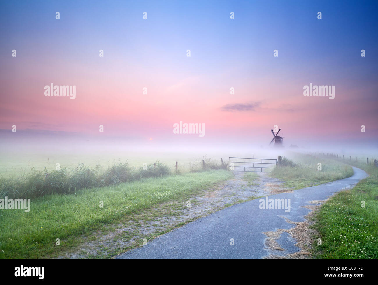 Möglichkeit, im Morgennebel Windmühle Stockbild