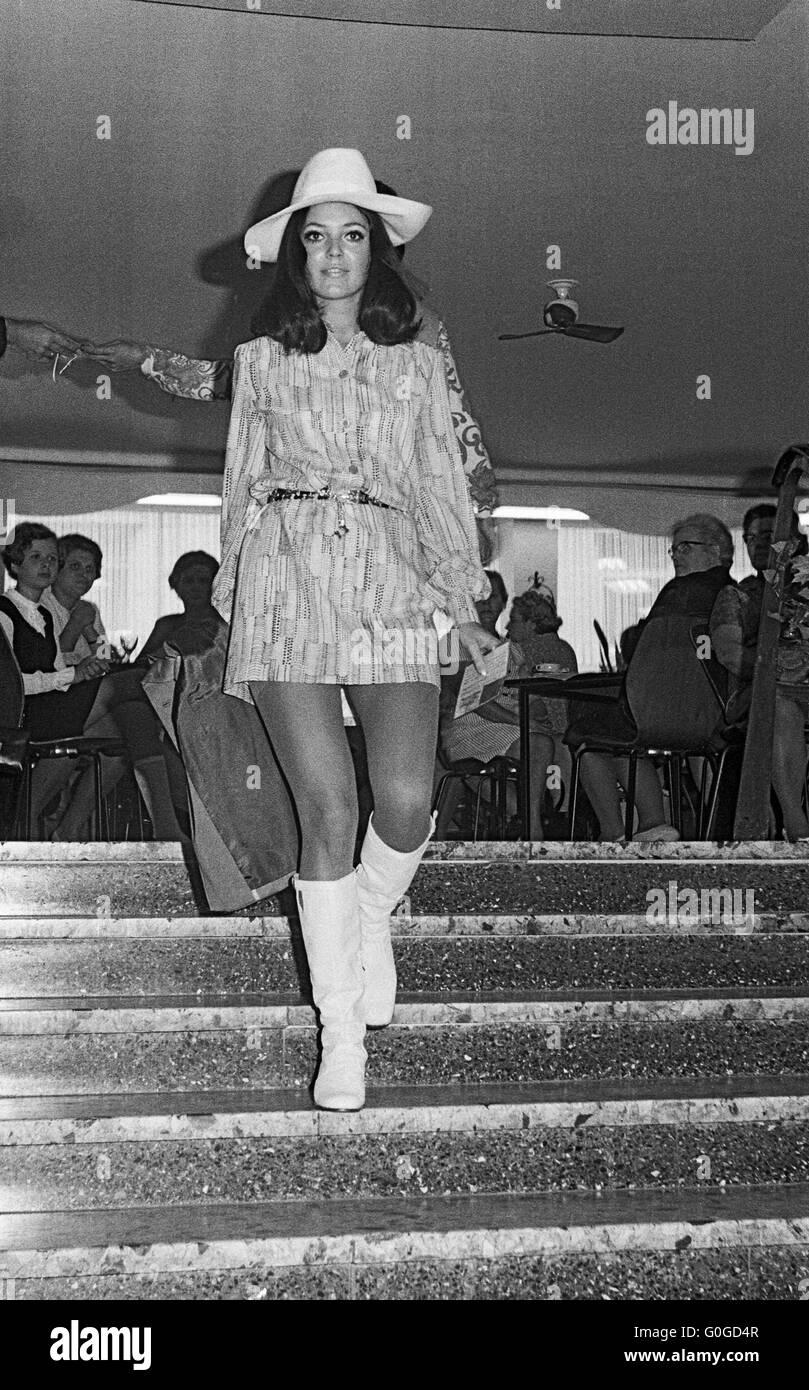 sixties fashion model and mini dress stockfotos sixties fashion model and mini dress bilder. Black Bedroom Furniture Sets. Home Design Ideas