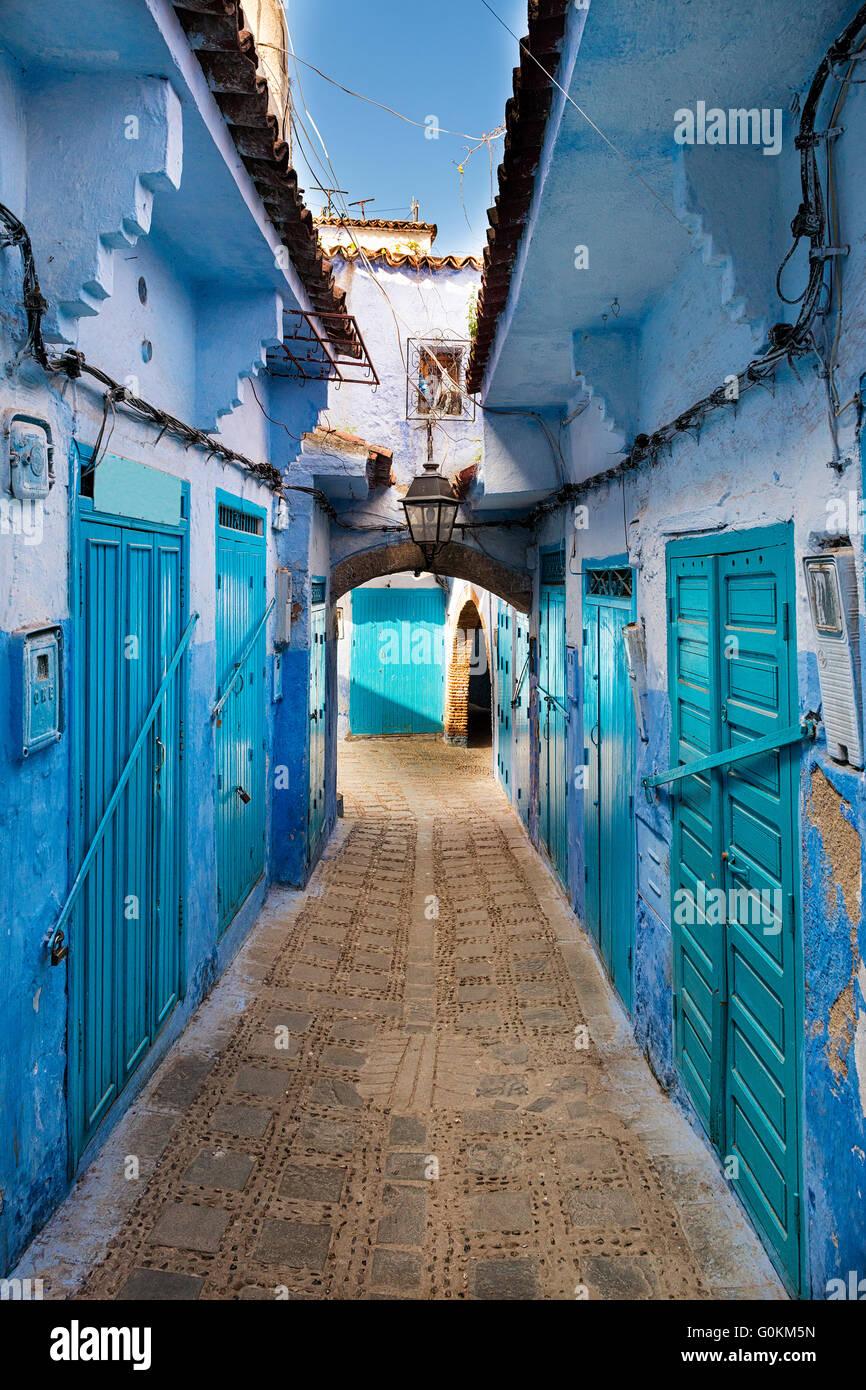 Blick auf eine Straße in die Stadt Chefchaouen in Marokko Stockbild