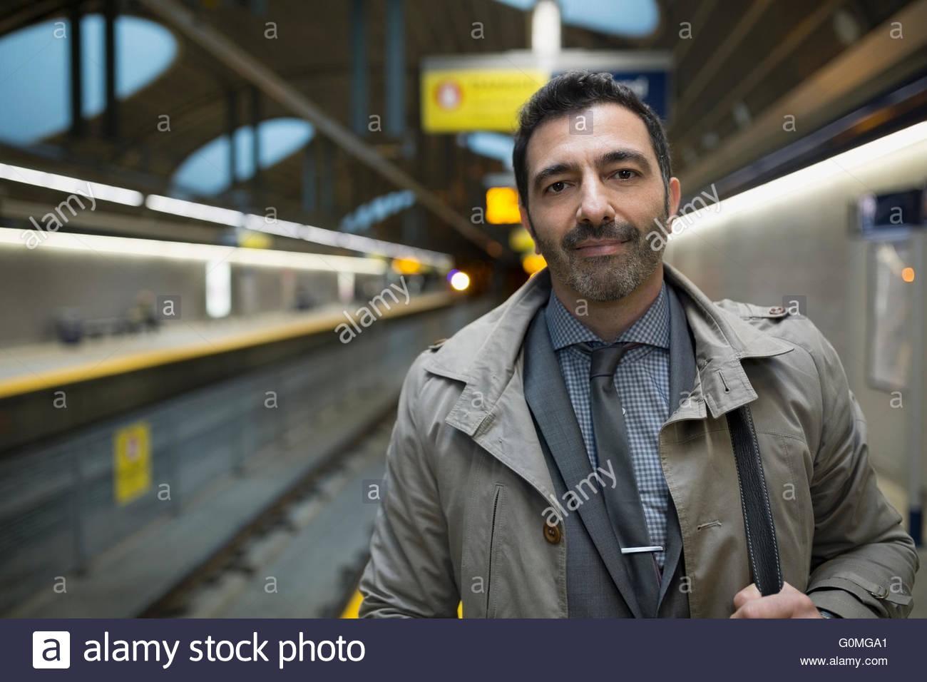Porträt zuversichtlich Geschäftsmann auf u-Bahn-Bahnsteig Stockbild
