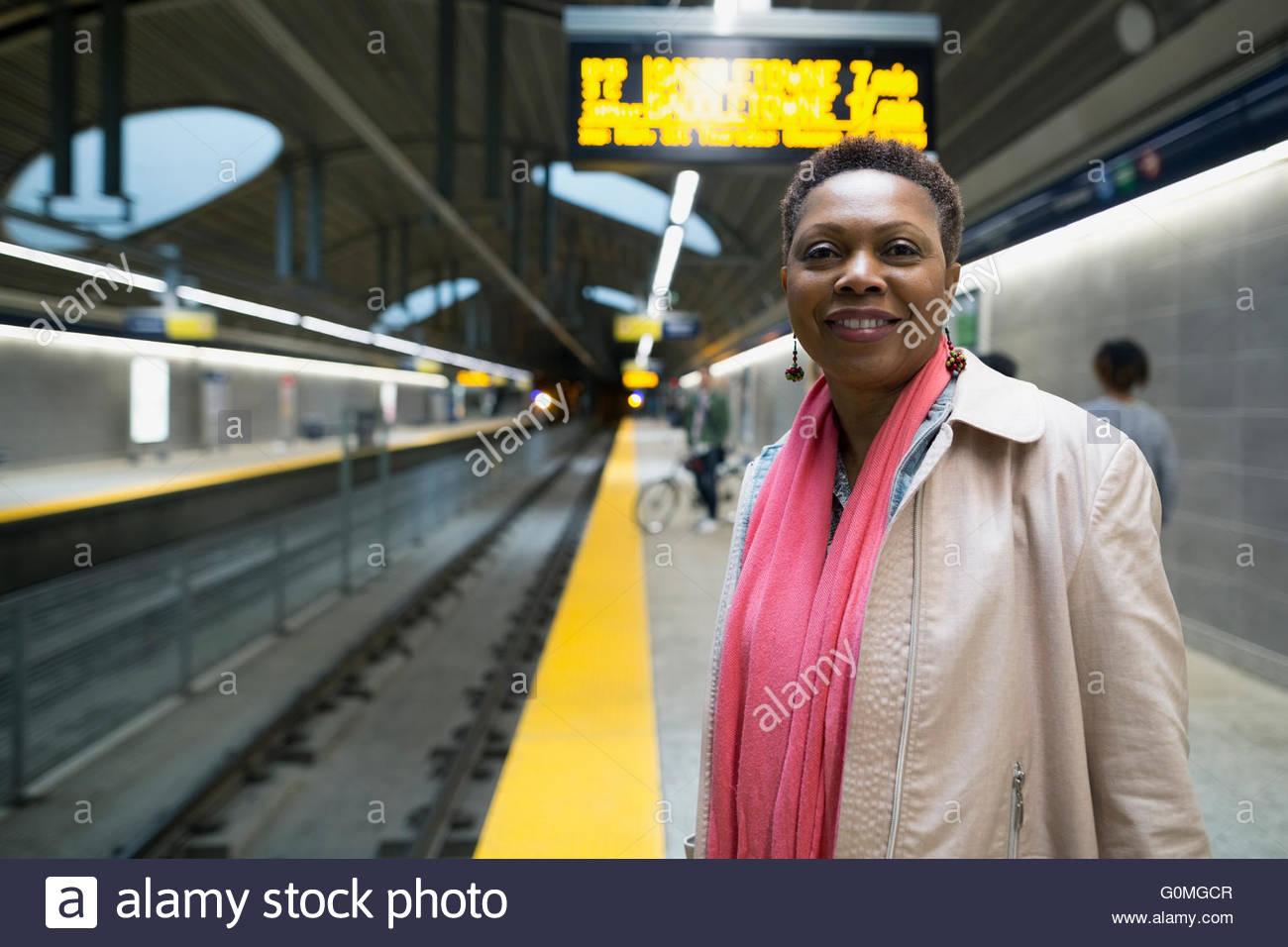 Lächelnde Frau Porträt warten auf die u-Bahn-Bahnsteig Stockbild