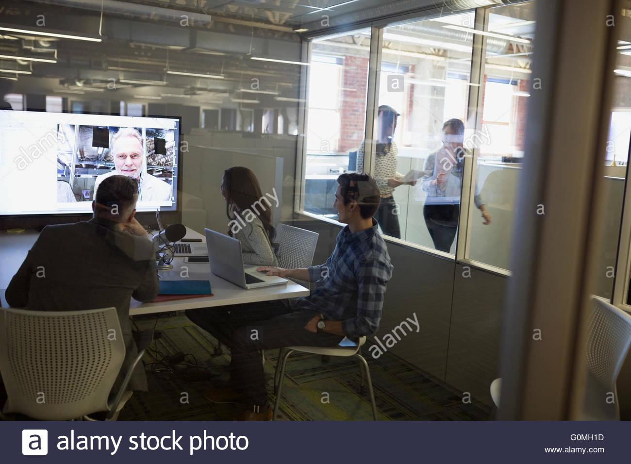 Geschäftsleute treffen sich in video-Konferenz Stockbild