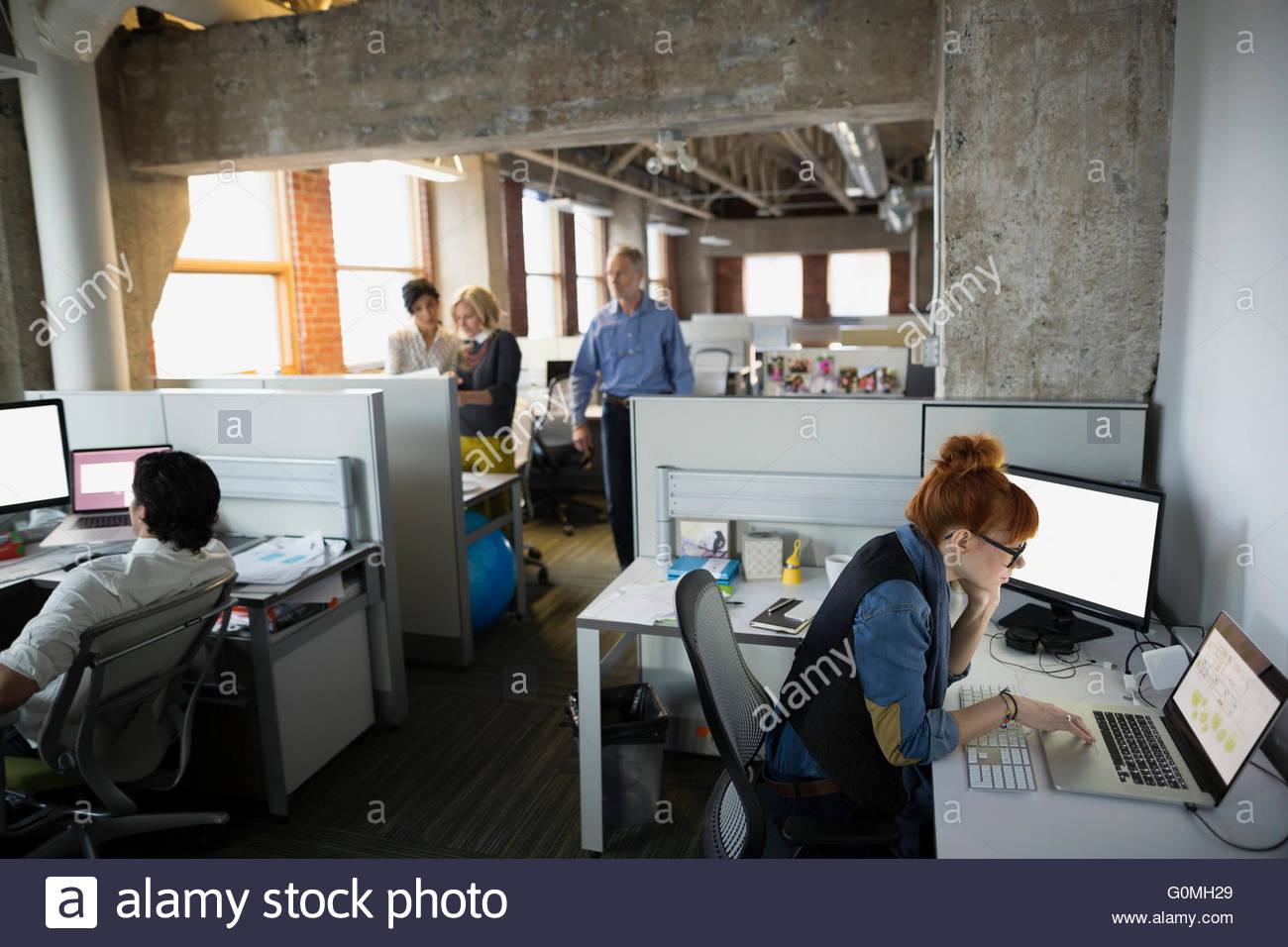 Geschäftsleute, die am Schreibtisch arbeiten eröffnet Plan-Büro Stockbild