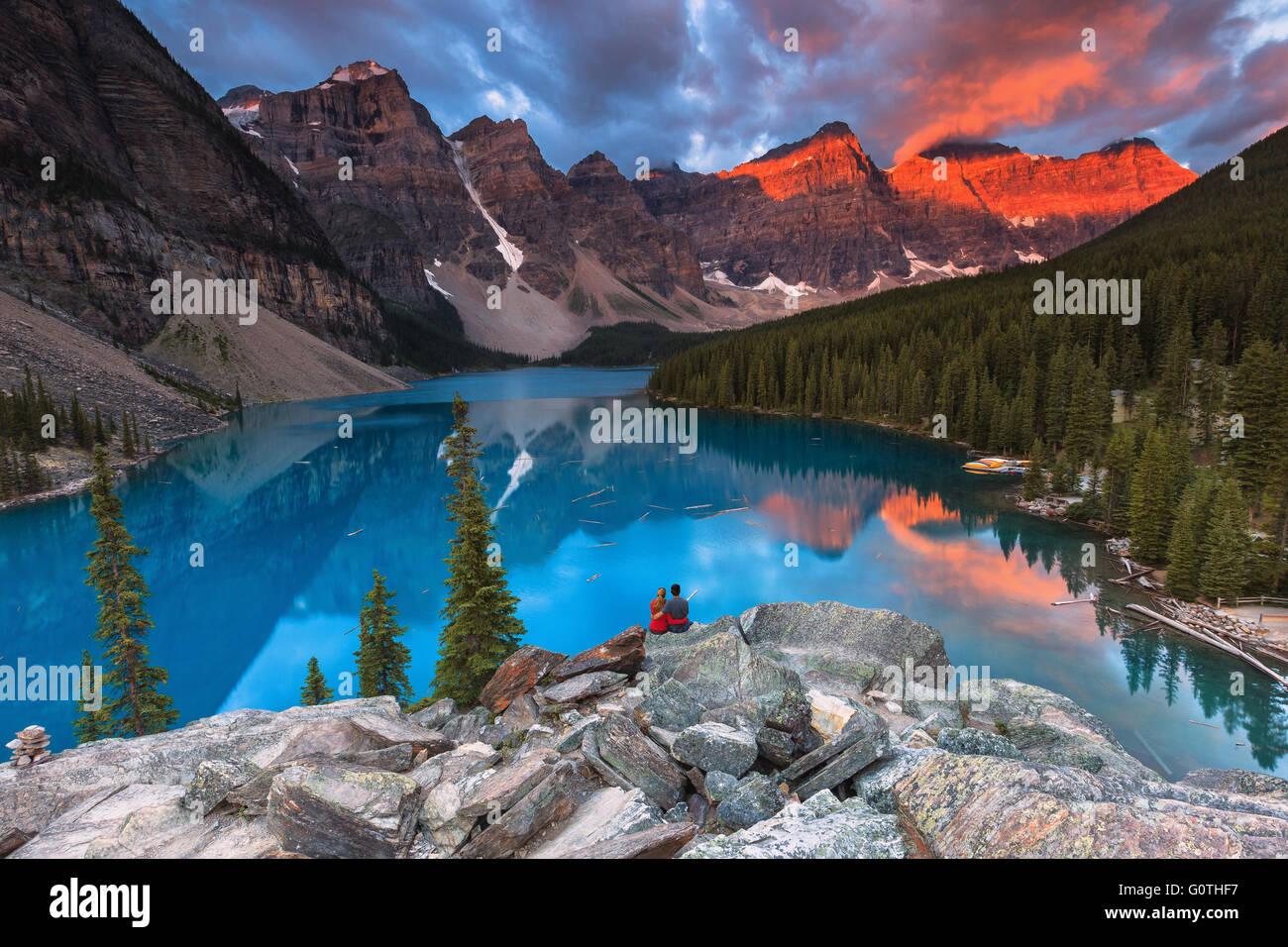 Ein junges Paar am Moraine Lake von Sunrise. Banff Nationalpark, Alberta, Kanada. Stockbild