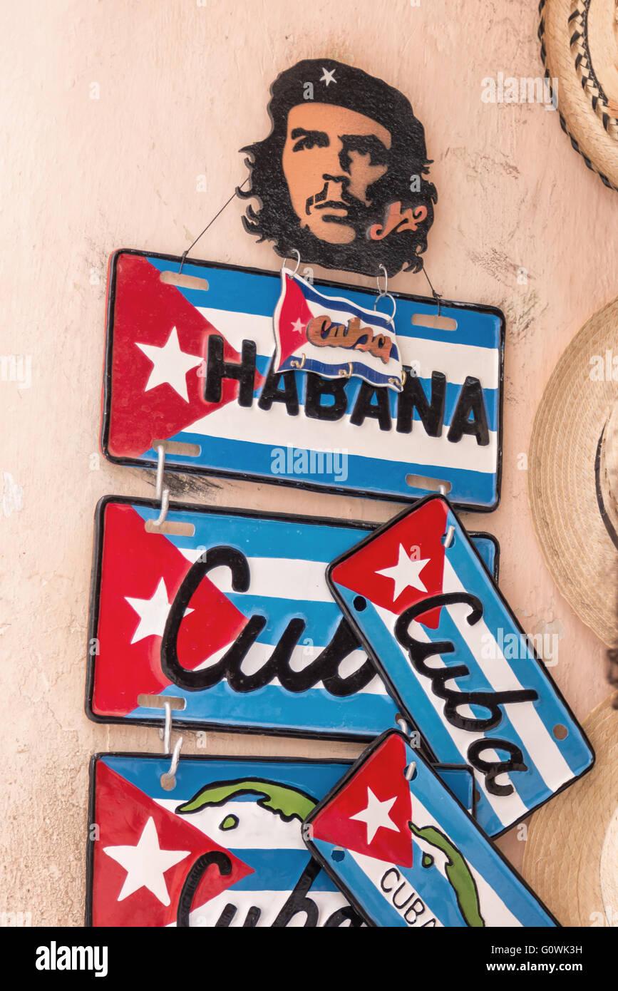 Klassische Schablone von Che Guevara und Souvenir-Kfz-Kennzeichen für den Verkauf in Alt-Havanna Stockbild