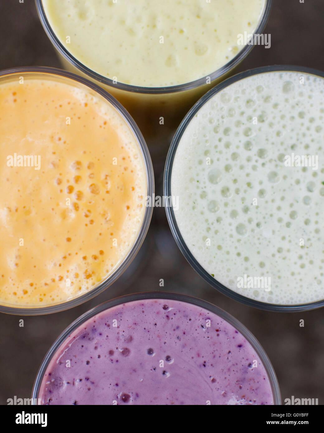 Eine Gruppe von vier Frucht-Smoothies. Beere, Lavendel, Papaya und Bananen Minze. Stockbild