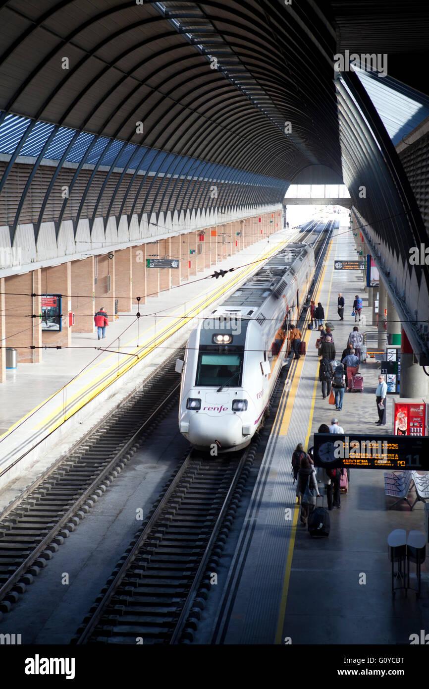 RENFE Regionalzug im Bahnhof Santa Justa in Sevilla Spanien Stockbild