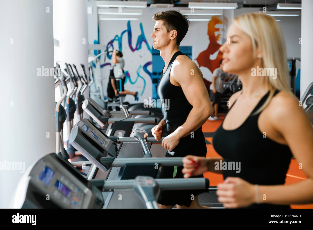 Menschen laufen auf Laufbänder im Fitness-Studio, Körper in Form zu halten Stockbild