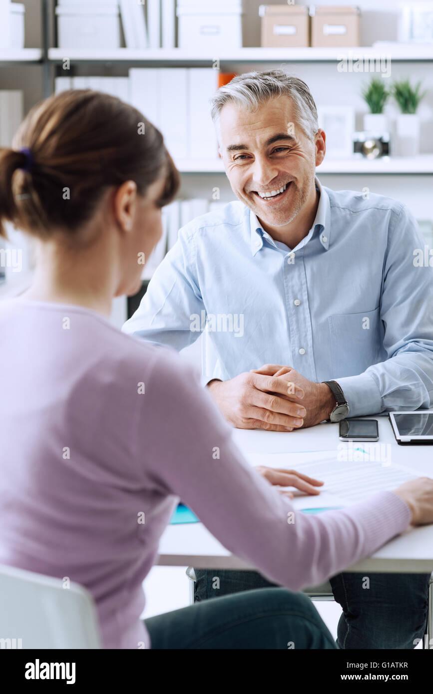 Reife Geschäftsmann und junge Frau, die ein Business-Meeting im Büro, diskutieren sie gemeinsam Stockbild