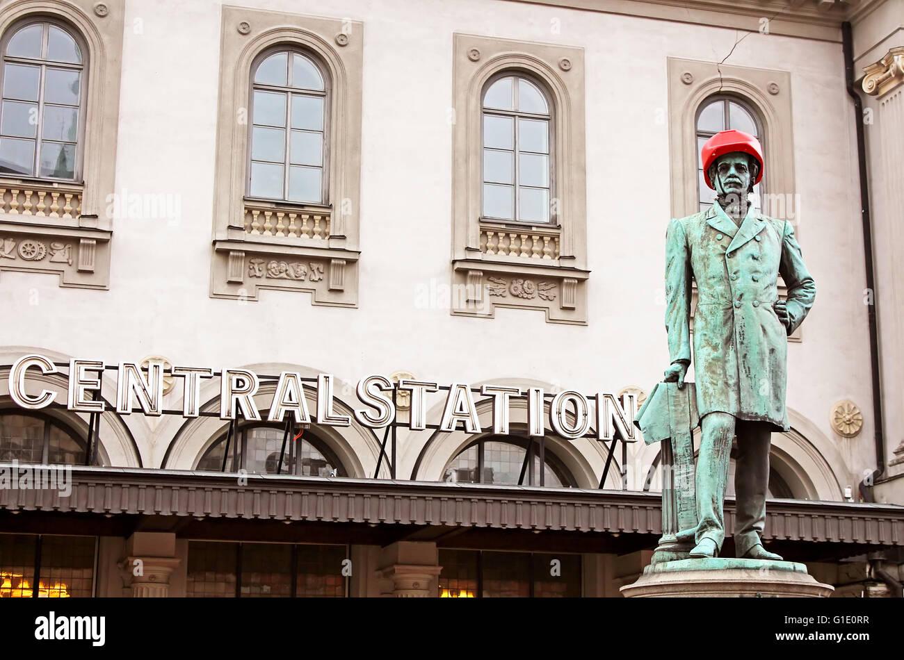 STOCKHOLM, Schweden - 17. Oktober 2013: Satue von Nils Ericson vor dem Hauptbahnhof in Stockholm mit rotem Schutzhelm Stockbild